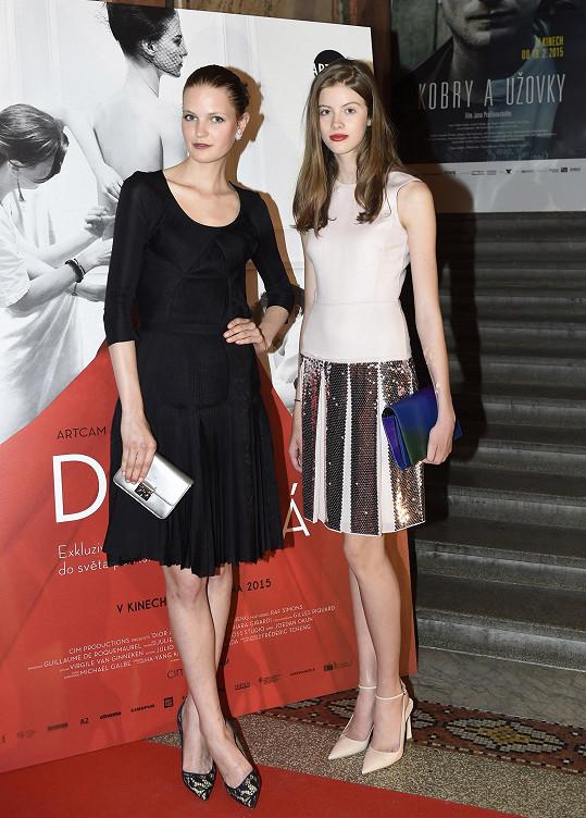 Magda Langrová dorazila na premiéru snímku Dior a já s vítězkou světového finále Elite Model Look Bárou Podzimkovou.