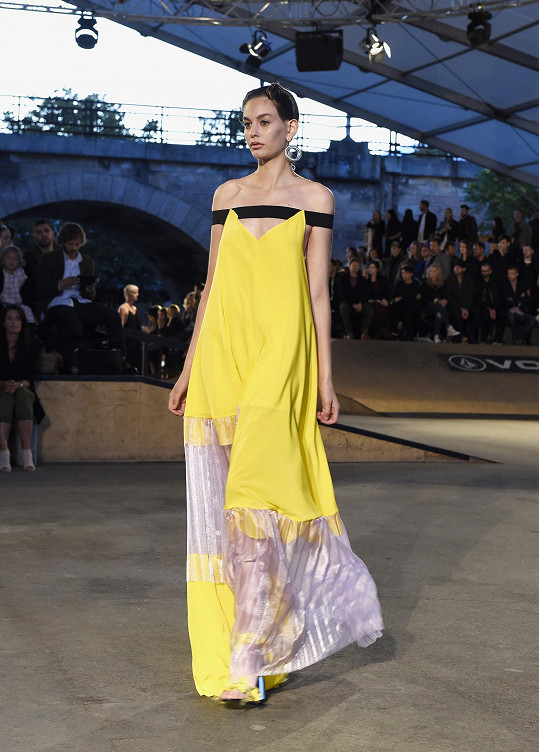 Premiéra šatů na profesionální modelce v rámci prezentace kolekce na Merecedes Benz Prague Fashion Weeku