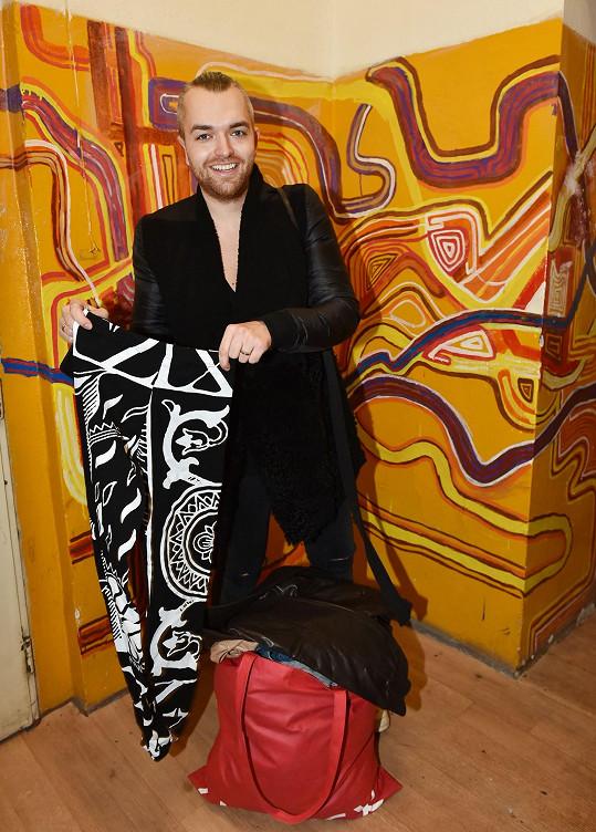 Své oblečení věnoval i stylista hvězd Jan Pokorný.