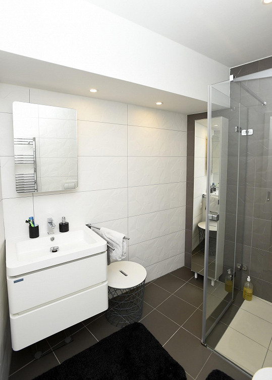 Výhodou bytu jsou dvě koupelny, tohle je ta menší z nich.