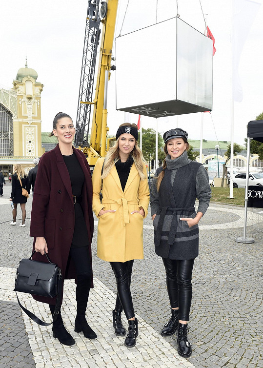 Má ale stále dost modelingových zakázek. Do Prahy přijela na focení s Anetou Vignerovou a Innou Puhajkovou.