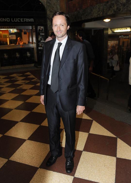 Herec Jaroslav Plesl se v klasickém černém obleku zařadil do skupiny formálně oblečených návštěvníků premiéry. Zde je třeba jen vytknout nevhodně uvázanou kravatu přesahující kalhoty a nedopnuté sako.