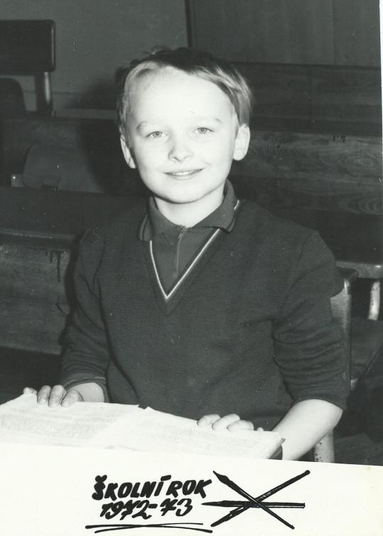 Moderátor na základní škole. Bylo mu devět let.
