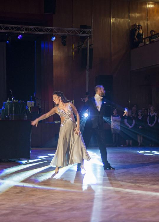 Bývalá účastnice StarDance se svým tanečním partnerem Michalem Necpálem předvedli během předtančení valčík.
