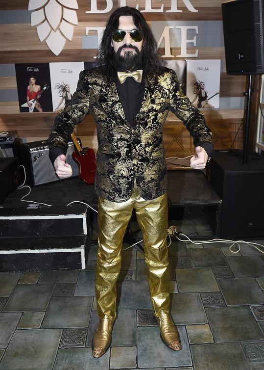 Varhan se oblékl celý do zlata, včetně bot.