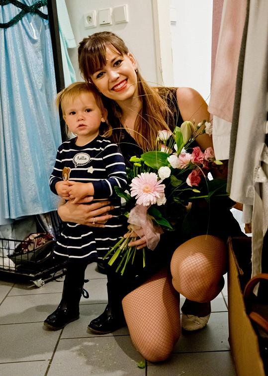 Malá Emilka viděla maminku poprvé hrát.