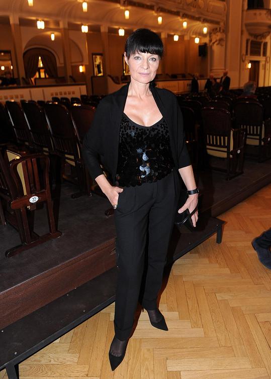 Tvůrkyně šatů Lindy Vojtové, designérka Liběna Rochová, vsadila na svou oblíbenou barvu nebarvu černou. Vysoce posazené kalhoty s puky sladila s jednoduchým černým sáčkem, do kterého vsadila top s pajetkami, jenž hrál hlavní roli v celém outfitu.