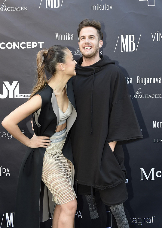 Letitá spolupráce návrháře Lukáše Macháčka se zpěvačkou Monikou Bagárovou letos vyústila do společné kolekce oblečení a doplňků.
