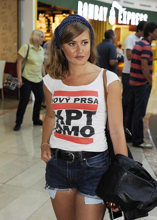 Její tričko hlásalo, že by snad měla mít nová prsa.