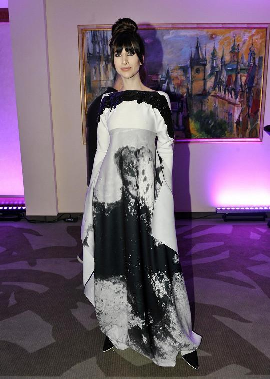 Blogerka Ina T. podle očekávání v šatech od Liběny Rochové, jejíž značky je tváří.