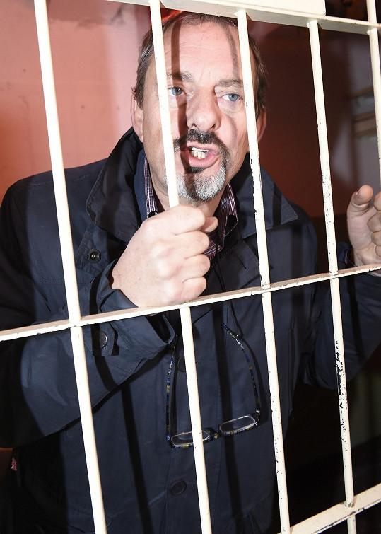 Z legrace zapózoval za mřížemi.