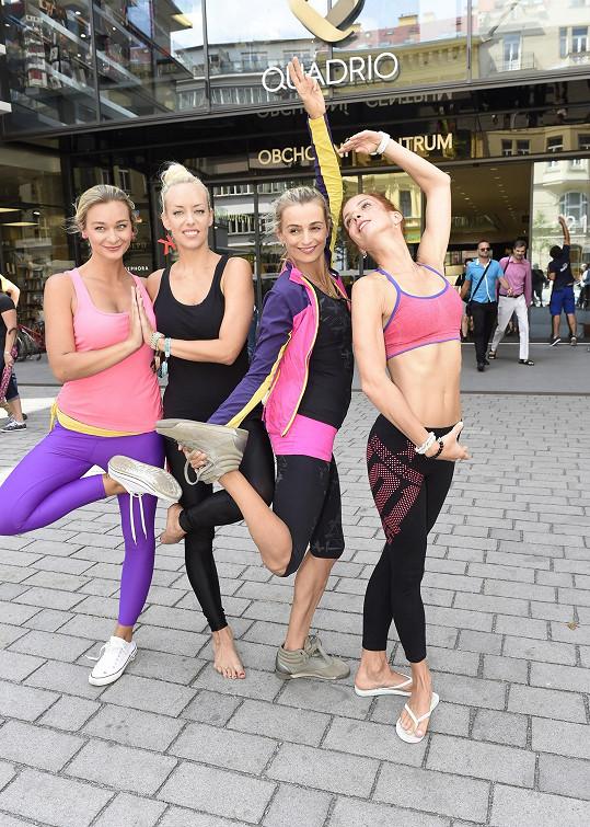 Cvičení jógy se účastnily i Maurerová, Mátlová a Mottlová.