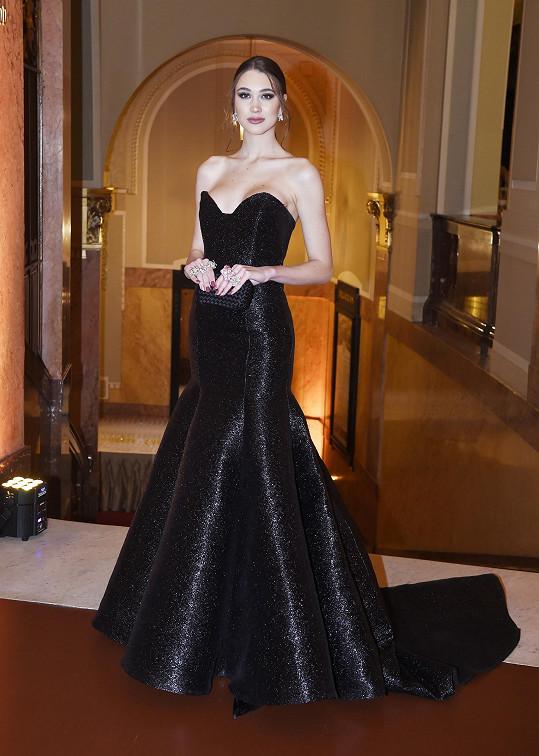 Její aktuální vítězku Denisu Spergerovou vybavil róbou od značky Kristianna, doplněné jsou šperky Alo Diamonds.