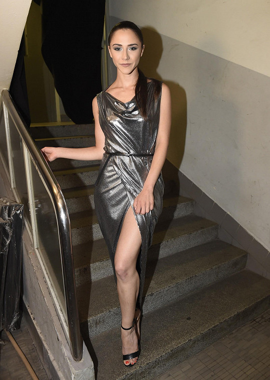 V metalickém modelu vypadala Eva nauvěřitelně sexy.