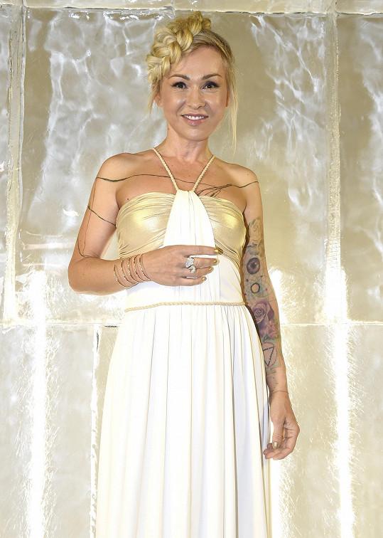 Herečka díky menšímu množství látky ukázala i svá četná tetování.