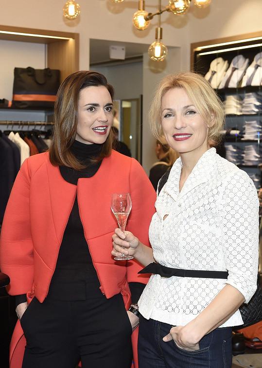 Daniela na otevření butiku německé módní značky v družném rozhovoru s kamarádkou Martinou Šmukovou.