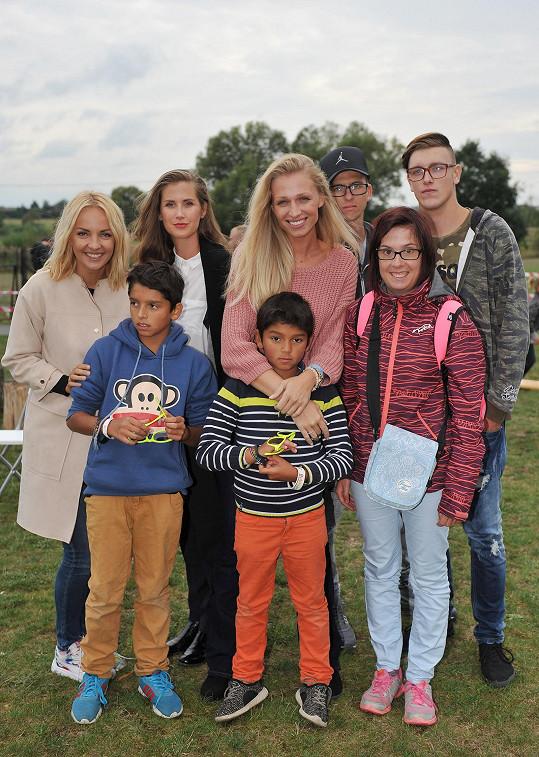 Veronika s kolegyněmi a dětmi z dětských domovů na akci, kterou pořádala.