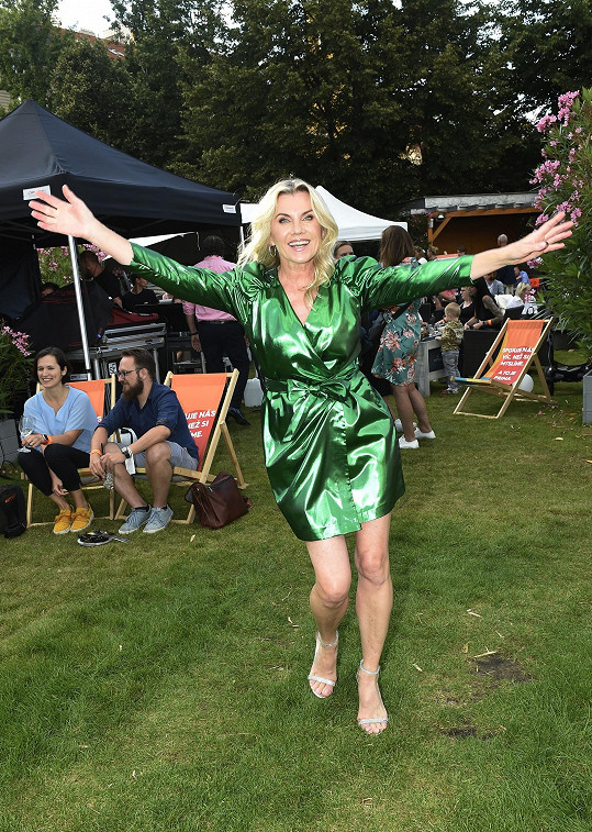 Oblékla lesklé zelené šaty, přehlédnout ji nešlo.