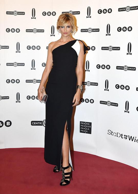 Hvězda modelingu devadesátých let v posledních letech volí elegantní klasiku. Na Plese v Opeře ji zdobily dlouhé černé šaty Fendi s asymetrickým výstřihem. Topmodelka šaty doplnila stříbrným koženým psaníčkem Fendi Tube a náramkem s kožešinou z kolekce Delfiny Delettrez, rovněž pro Fendi.