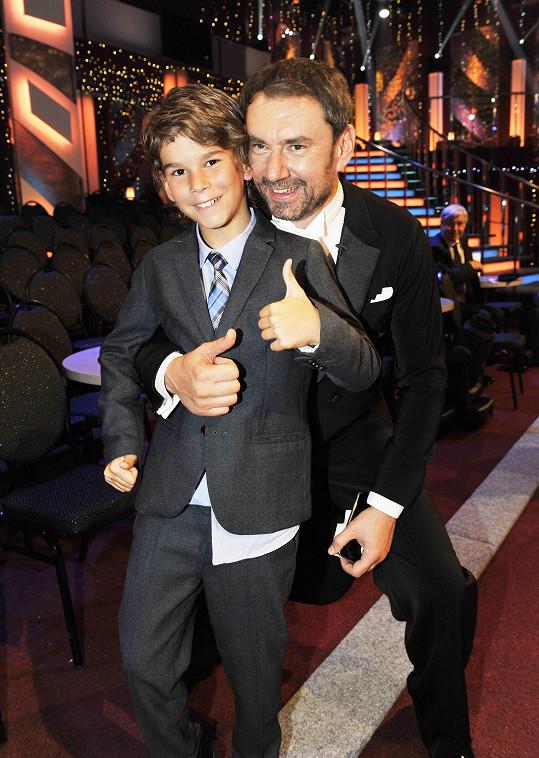 Emanuele Ridi natáčí pořad pro děti se svým synem.