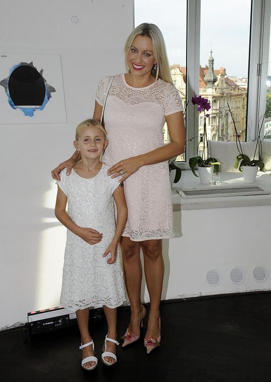 Emily Janečková s maminkou Terezou
