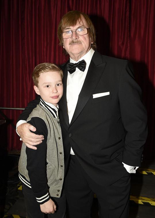 Karel Vágner s vnoučkem Karlem Vágnerem nejmladším, který dědečkovi přišel pogratulovat k jeho 75. narozeninám.