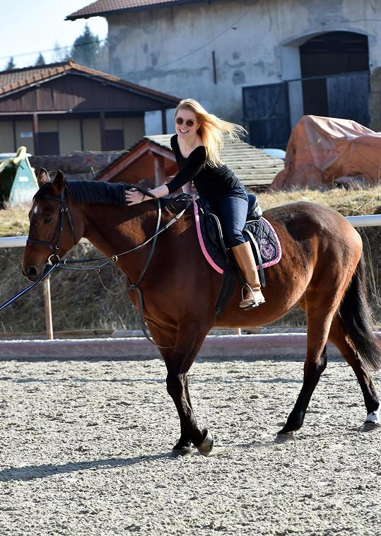 A sama si jízdu na koni vyzkoušela.