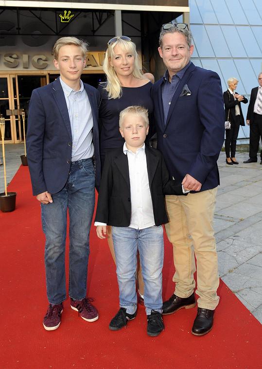 Aleš Háma s manželkou a syny Mikolášem a Jáchymem
