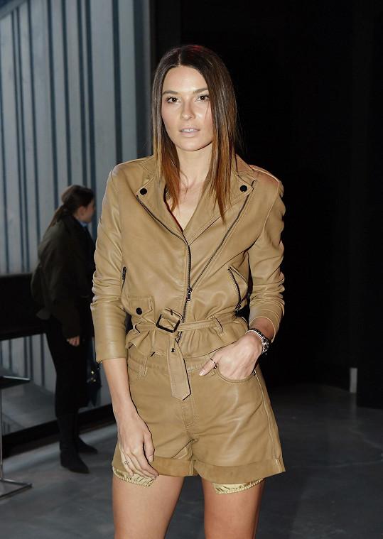 Nikol oblékla na pražský fashion week model Kara by Ivana Mentlová.