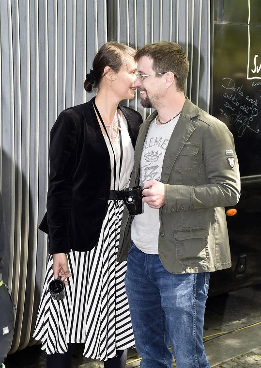 Je vidět, že jsou pořád zamilovaní.