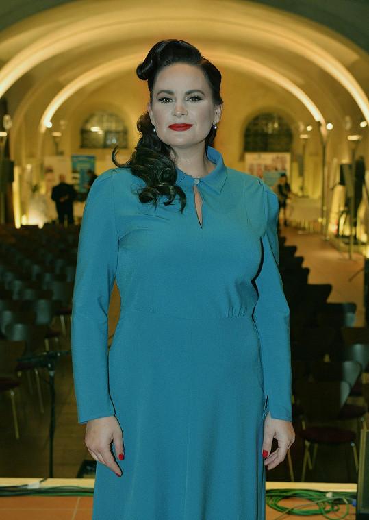 Modré šaty stejné značky vynesla do společnosti hned několikrát.