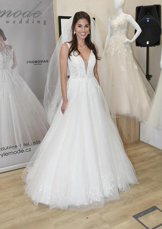 Tereza Budková ve svatebních šatech, její trojky v dekoltu rozhodně vynikly.