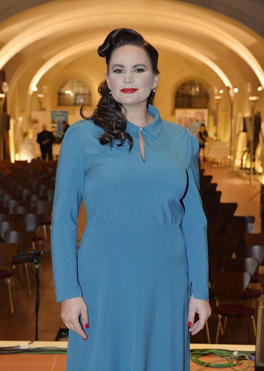 O den později se objevila ve stejných šatech v Pražské křižovatce.