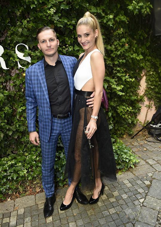 Modelku doprovodil partner Pavel.