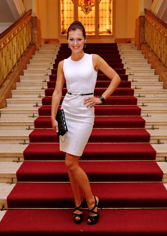 Na párty ve stylu Tima Burtona se Jana předvedla v lichotivém světle, když oblékla pouzdrové koktejlky Gucci protknuté páskem zdobeným pro značku typickou koňskou usní, které sladila s kabelkou Dior s ikonickou šachovnicí cannage a luxusním náramkem Hermes.