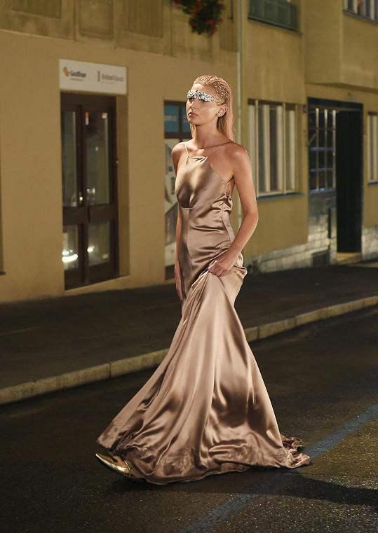 Při tvorbě dbala na jednoduchou a úzkou siluetu šatů.