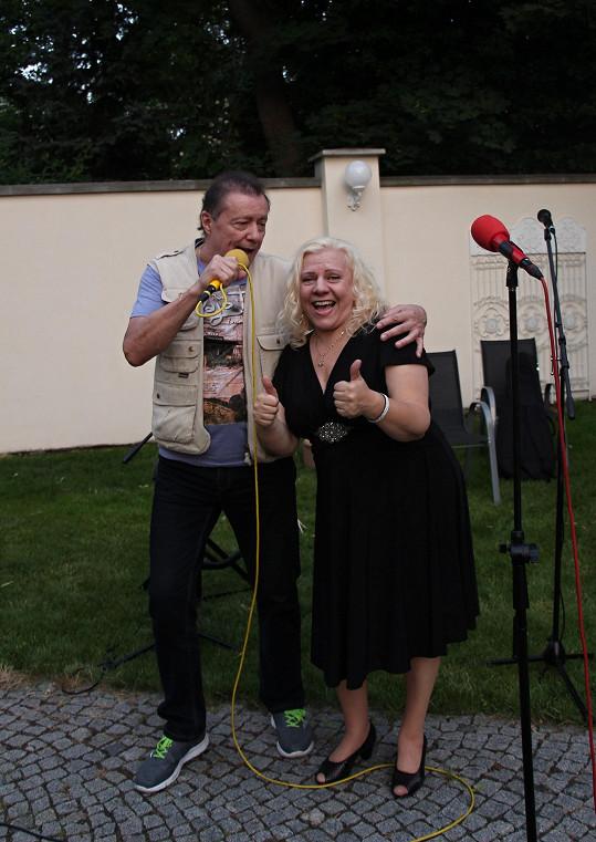 Mikrofonu se ujal také Karel Kahovec s Marií Pojkarovou.