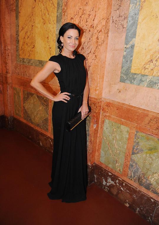 Černé šaty byly od návrhářky Kateřiny Geislerové.