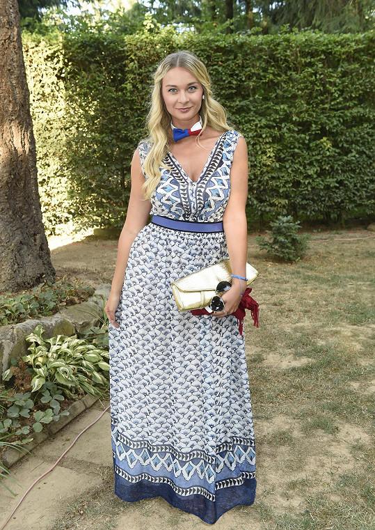 Bára na garden párty Petra Jandy dodržovala dress code v podobě motýlka.