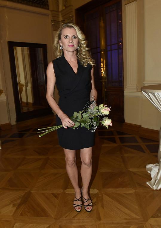 Leona Machálková sáhla po zajímavě střižených malých černých šatech s jakoby zavinovacím vrškem. Blondýna, která se aktuálně pyšní postavou zocelenou tréninky kvůli soutěži StarDance, by se ale klidně mohla více odvázat.