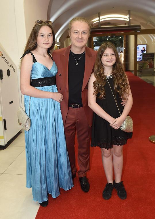 Pavel s dcerami Violetou a Sophií na zahájení festivalu Febiofest