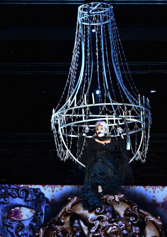 Speciální lustr vynesl do výše i zpěvačku Dannie.