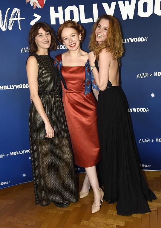 Bára se seriálovou kolegyní Denisou Nesvačilovou jako kmotry knihy Anna z Hollywoodu kamarádky Aleny Dolákové (uprostřed)