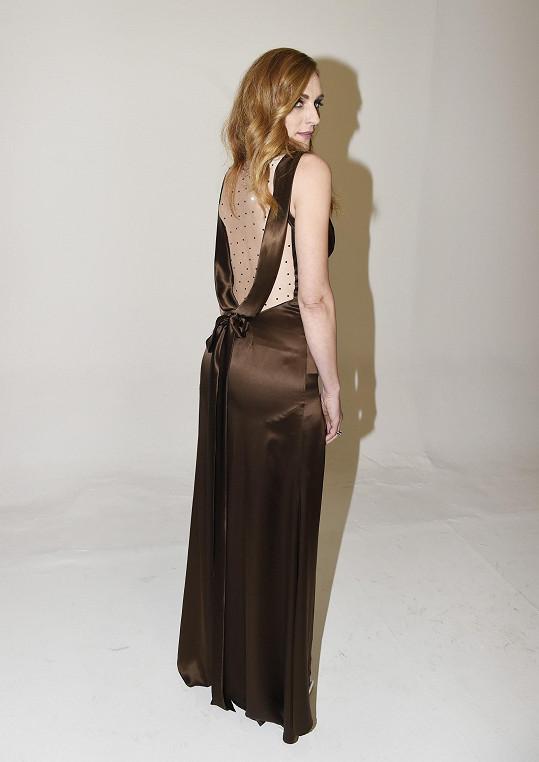 Jedny z šatů z kolekce mají rafinované řešení zad.