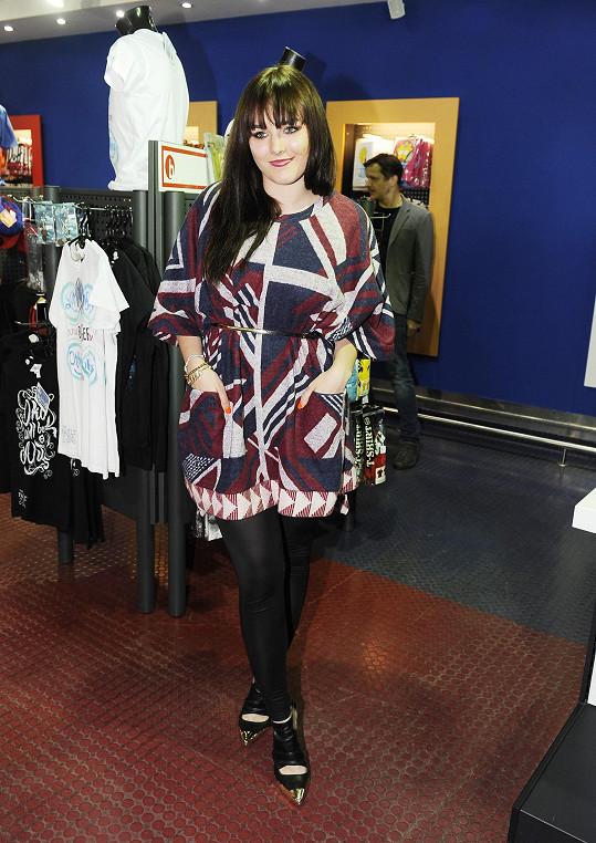 Ewa ve vzorovaných šatech