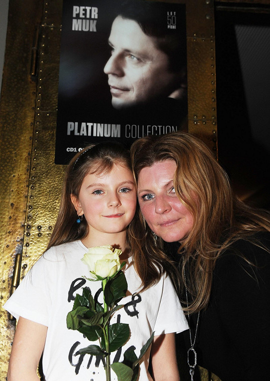 Noemi s maminkou Evou pod Mukovým plakátem