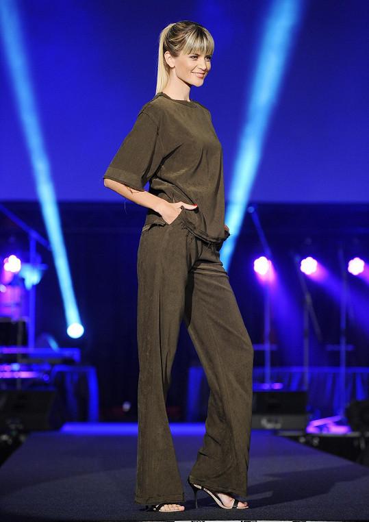 V modelu od návrháře Lukáše Macháčka se modelčina hubenost ještě neprojevila.