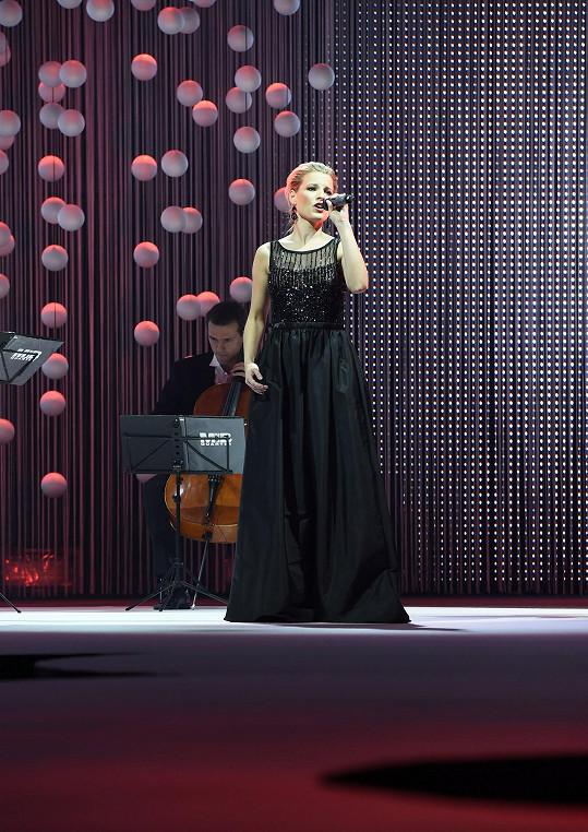 Po plastické operaci prsou se operní pěvkyni nezpívá jinak.