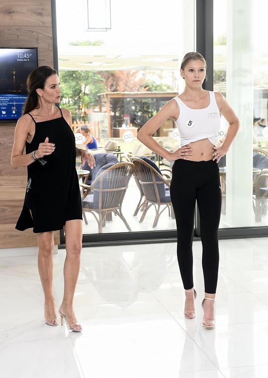 Silvia s kráskami nacvičovala chůzi.