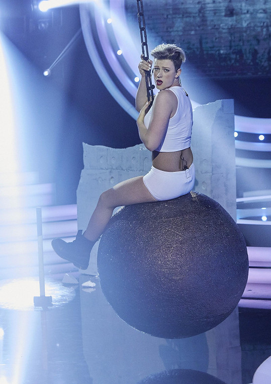 Jako Miley Cyrus sklidil v první řadě bouřlivý potlesk.